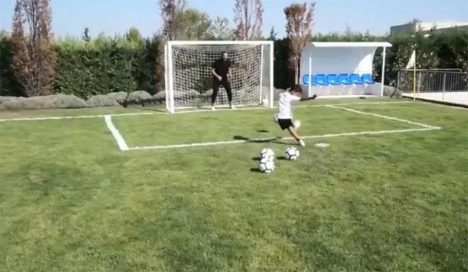 Biệt thự nhà C. Ronaldo cũng có sân bóng để cậu nhóc Cristiano Jr thỏa thích chơi đùa.