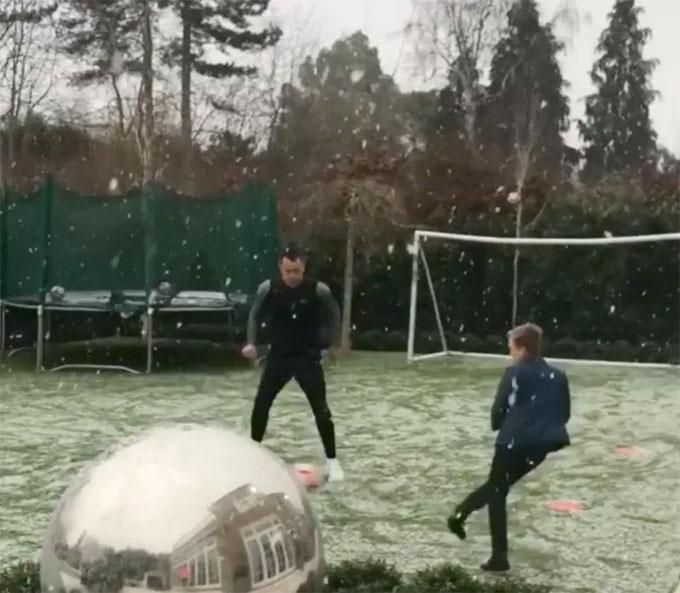 Khu vui chơi của Terry tại nhà riêng của anh ở Cobham, anh luyện thể lực bất chấp trời mưa tuyết.
