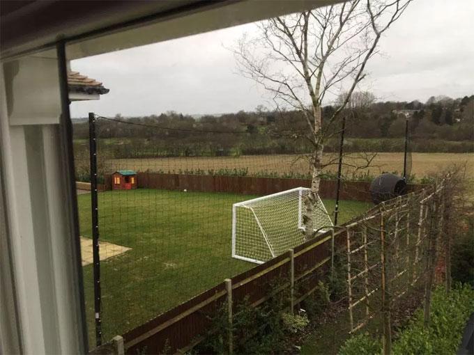 Tiền vệ Wilshere thiết kế sân bóng ở góc khu đất.