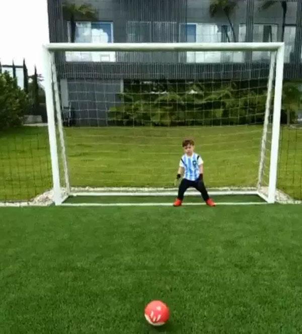 Chú nhóc nhà David Ospina thể hiện tài bắt bóng như bố.