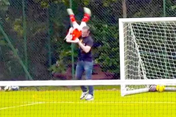 Rooney thường xuyên chơi đùa với các con ở sân bóng.