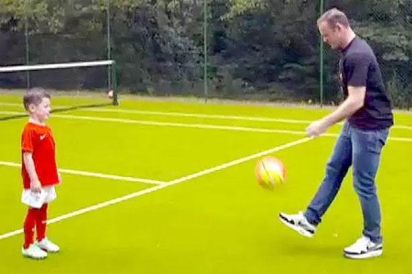 Tiền đạo Everton thể hiện khả năng tâng bóng cùng cậu cả Kai.