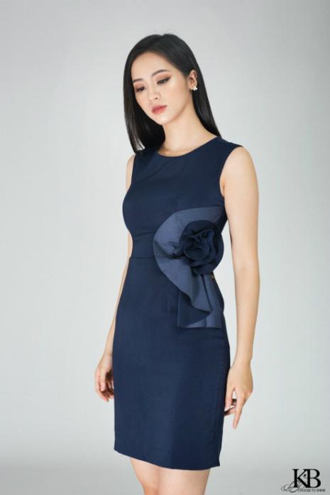 Thiết kế đầm ôm cơ bản cùng chi tiết hoa bản lớn tôn dáng người mặc.