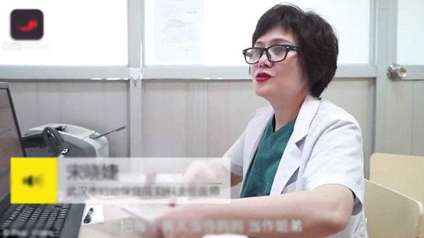 Bác sĩ Song trả lời phỏng vấn sau khi khám xong cho 61 bệnh nhân vào ca sáng. Ảnh: Pear Video.