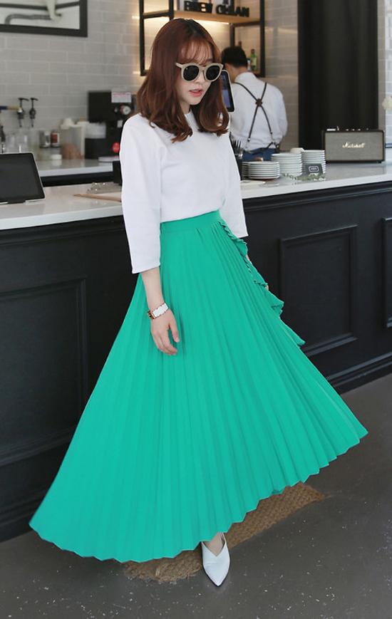 Váy xếp ly được biến tấu ấn tượng để tránh sự trùng lắp các kiểu váy đã được giới thiệu ở mùa thời trang trước.