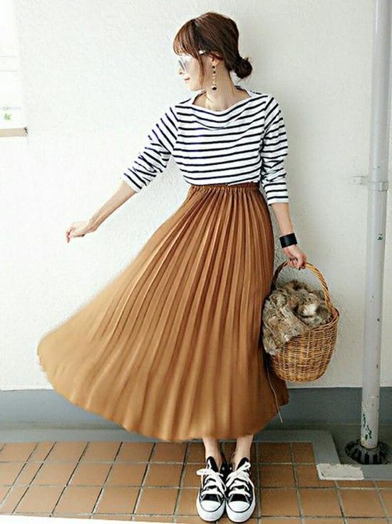 Cũng như các kiểu chân váy midi thanh lịch, chân váy xếp ly dễ dàng kết hợp cùng nhiều trang phục và phụ kiện giúp phái đẹp thể hiện cá tính riêng khi xuống phố.