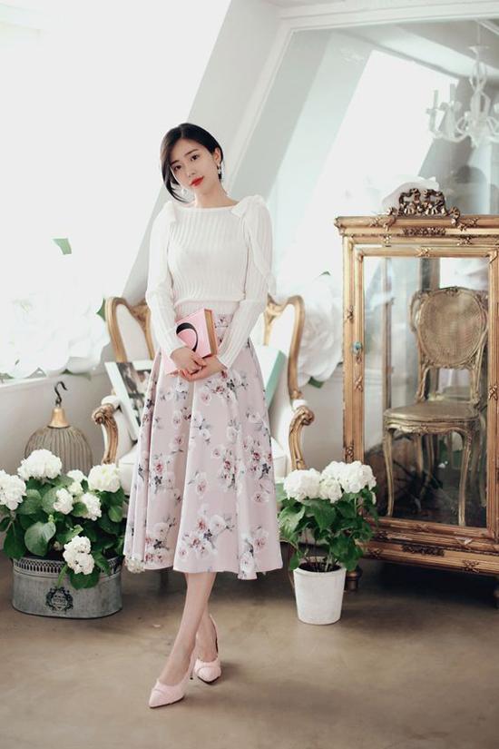 Khi mùa hè vừa chớm, diện váy hoa cũng là xu hướng được nhiều cô nàng mê chưng diện yêu thích. Bên cạnh các kiểu váy mang phong cách vintage thì chân váy cổ điển cũng được nhuộm sắc màu hợp mốt với những cánh hoa điệu đà.
