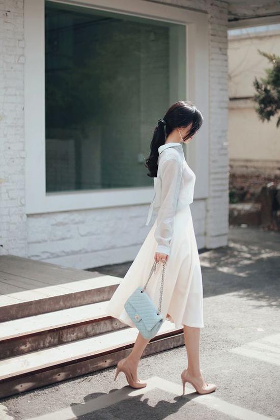 Kết hợp cùng chân váy kiểu dáng đơn giản là sơ mi lụa mỏng mảnh vừa tạo vẻ gợi cảm chừng mực vừa thích hợp với ngày oi nồng.