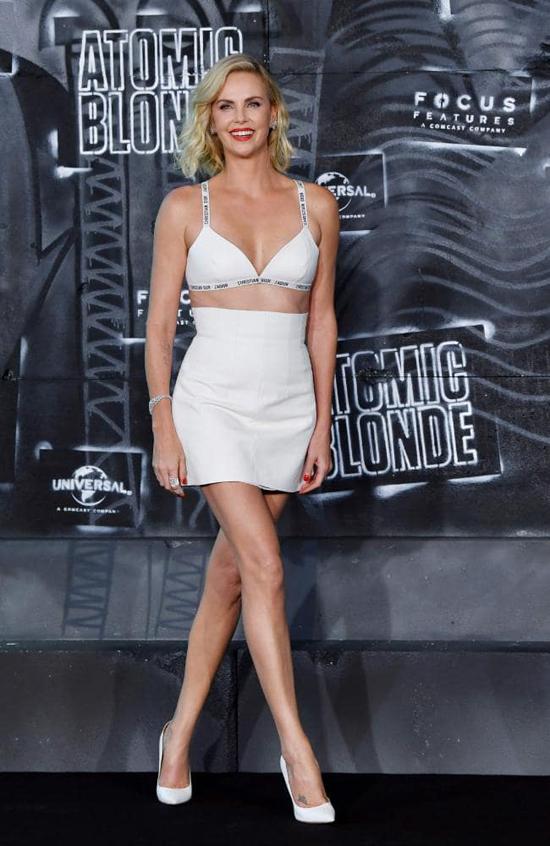 Tăng 22 kg, mỹ nhân màn bạc Charlize Theron gây sốc với bụng mỡ sồ sề