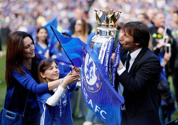HLV Conte và vợ con mừng chức vô địch Premier League của Chelsea mùa giải năm ngoái. Ảnh: Sun.