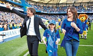 HLV Chelsea tạm ngưng họp báo vì điện thoại của vợ