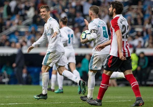C. Ronaldo bị trêu chọc
