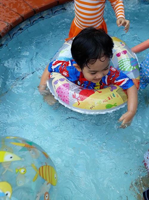Hè sang, Kubi được bố mẹ đưa đi bơi. Cậu bé vui đùa dưới nước cùng các bạn.