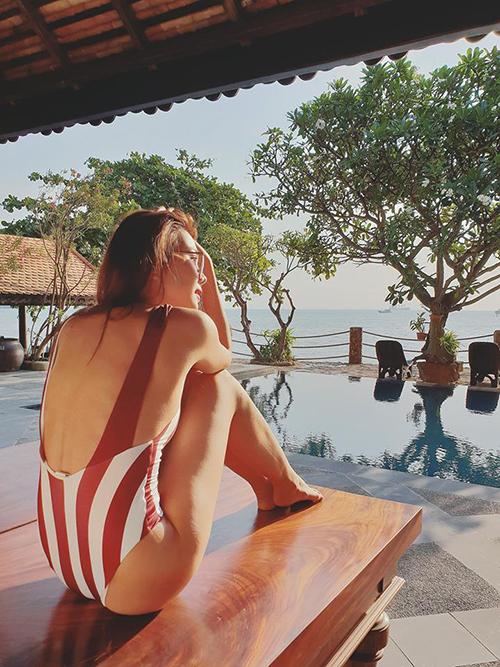Thanh Hằng đang có kỳ nghỉ ở resort ven biển. Người đẹp mặc áo tắm khoét lưng, được fan dành lời có cánh: Người ta hơn nhau ở chỗ Tinh Tế. Đẹp sexy , nhẹ nhàng mà ko hề phản cảm.