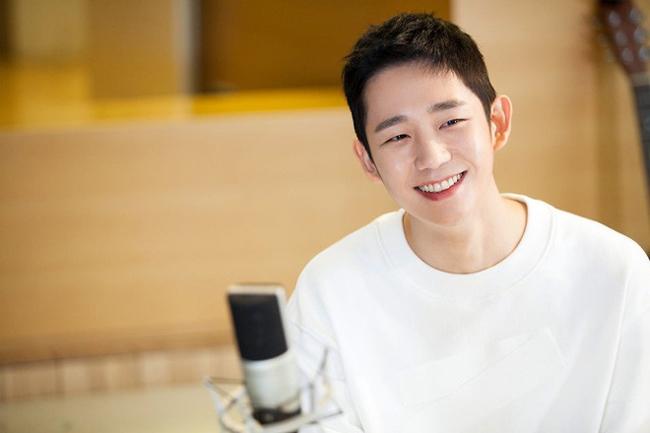 Tài tử Jung Hae In sinh năm 1988, trực thuộc công ty giải trí FNC Entertainment.