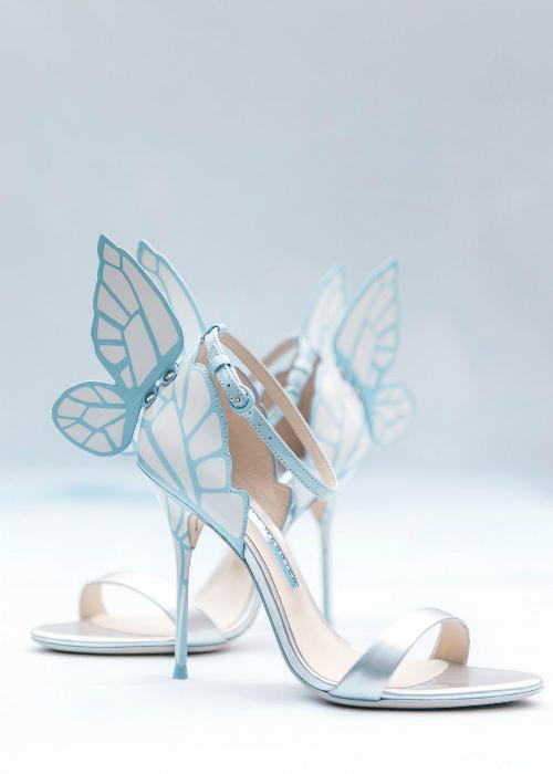 Đôi giày cưới của cô dâu kiểu dáng điệu đà và cùng màu sắc với tổng thể.