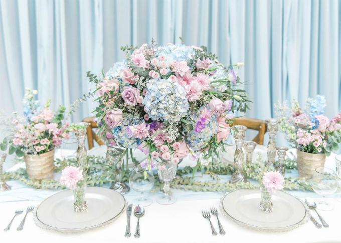 Realweddings gợi ý cho bạn ý tưởng vềhôn lễ với hai màu xanh French blue và soft lavender (tím nhạt), tạo nên không gian thơ mộng cho ngày vui.