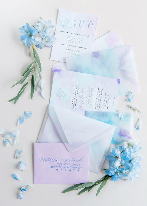 Thiệp cưới in màu nước ombre hòa trộn giữa sắc xanh và tím.