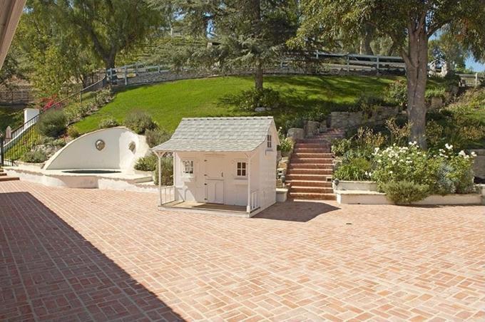 Sân vườn trong điền trang của Miley được thiết kế cầu kỳ, ngăn nắp.