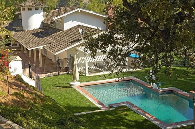 Bể bơi xinh xắn dưới tán cây cổ thụ.