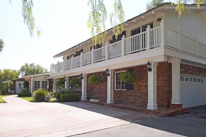 Ngôi nhà gồm 7 phòng ngủ, 6 phòng tắm. Ngoài ra còn nhiều phòng ốc khác như gym, thư viện, hầm rượu...