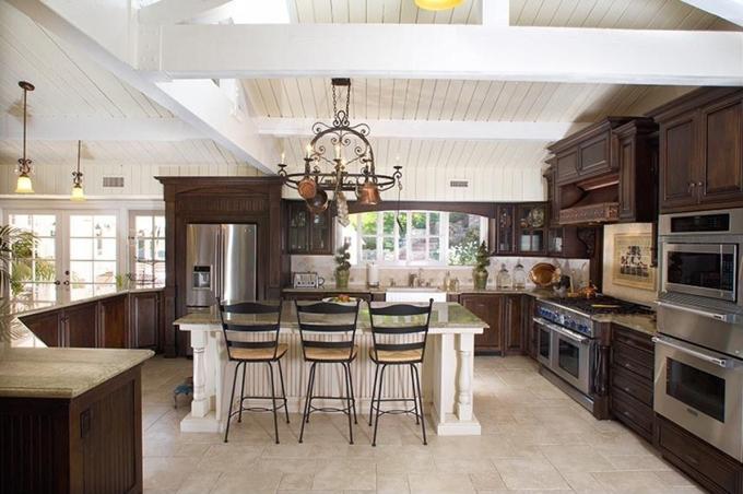 Đảo bếp lớn đặt giữa phòng.