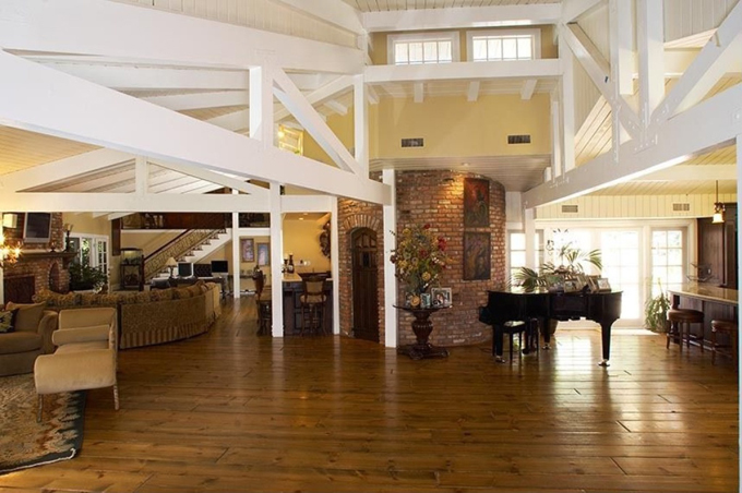 Phòng khách rộng rãi ở tầng 1 với cây dương cầm đặt ở nơi nhiều ánh sáng nhất.