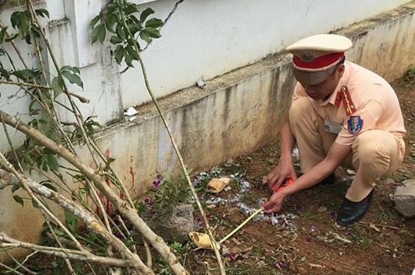 Cơ quan chức nănglàm việc tại trường Tiểu học Vân Hồ (tỉnh Sơn La) để làm rõ vụ giáo viên lùi xe vào học sinh. Ảnh: Dân Việt.