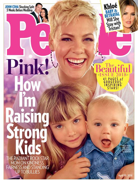 Bà mẹ hai con Pink tràn đầy năng lượng với nụ cười tỏa sáng.