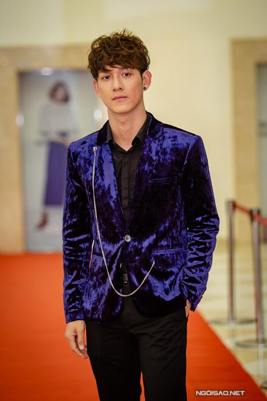 Ca sĩ Song Luân không chỉ đảm nhận một trong ba vai nam chính mà còn thể hiện nhạc phim. Trên màn ảnh, nhân vật câm điếc của anh có chuyện tình lãng mạn với hot girl Thái Lan.