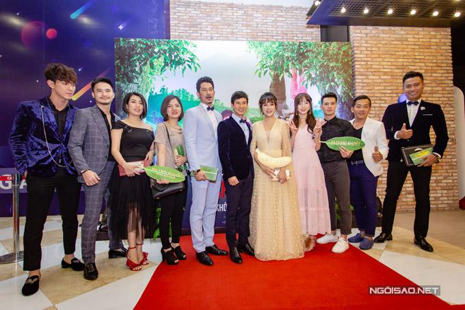 Vợ chồng Lý Hải cùng dàn diễn viên và ê kíp làm phim.