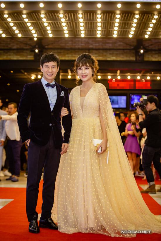 Vợ chồng Lý Hải - Minh Hà tình tứ xuất hiện tại buổi công chiếu phim Lật mặt 3: Ba chàng khuyết vào tối qua (18/4) ở thủ đô. Đây là dự án phim ảnh thứ ba do Lý Hải làm đạo diễn và nhà sản xuất.