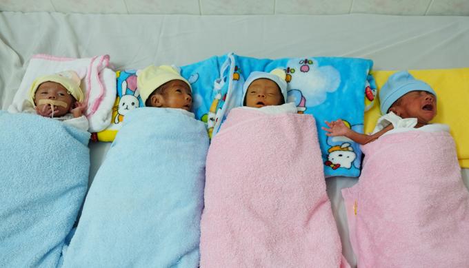 Sức khỏe các bé dần ổn định sau hơn một tháng chào đời. Ảnh: Thiên Chương