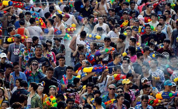 Lễ hội té nước của Thái không chỉ thu hút người dân địa phương mà cả du khách nước ngoài tham gia. Ảnh: Thai PBS.