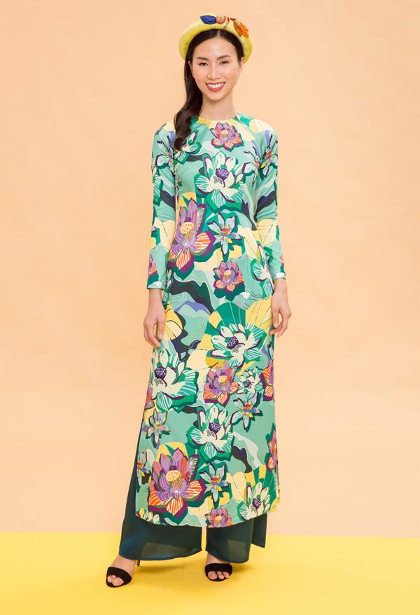 Ngoài nghề mẫu, Thanh Thủy còn mở quán bán nem nướng - đặc sản Nha Trang tại TP HCM để có thêm thu nhập. Sau những giờ đi diễn, chụp ảnh quảng cáo cô lại về quán tự tay nắm nem, bưng bê đồ ănphục vụ thực khách.