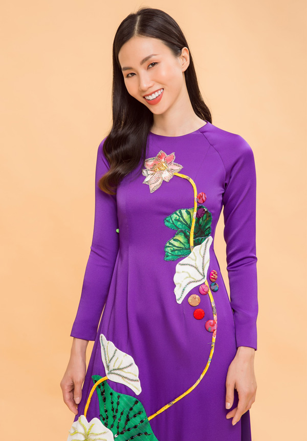Thanh Thủy rạng rỡ giới thiệu sưu tập áo dài hoa sen của nhà thiết kế Thủy Nguyễn.