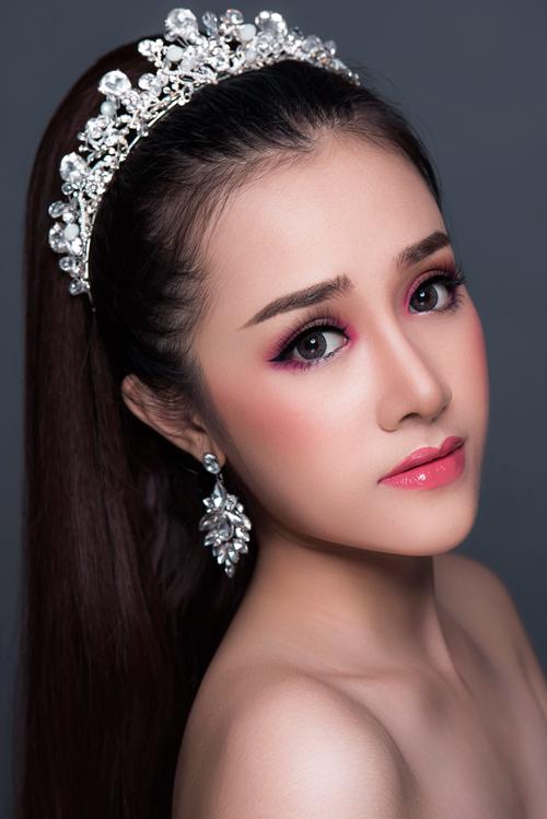 Tuy nhiên, thay vì sử dụng son môi màu hồng chói như thường thấy, cô dâu có thể có một tạo hình mới mẻkhi dùng phấn hồng fuchsia trang điểm bầu mắt. Kiểu trang điểm Thái Lan chú trọng đường kẻ eyeliner sắc sảo nên khi kết hợp với màu phấn mắt, bạn sẽ trở nên thật ấn tượng.