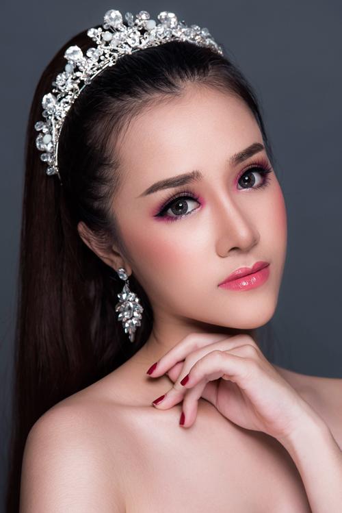 Lớp nền vẫn là màu nâu matte đặc trưng của phong cách trang điểm Thái Lan, và bạn nhớ đánh phấn cho cả vùng cổ và ngực.