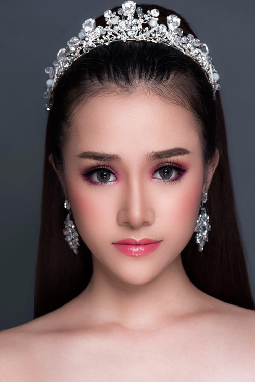 Hồng Fuchsia: Xuân hè là thời điểm lý tưởng để cô dâu thử nghiệm với các màu trang điểm rực rỡ, nổi bật. Trong khi tone hồng được xem là lựa chọn số 1 với các cô dâu thì hồng fuchsia sẽ khiến bạn trở nên thời trang hơn.