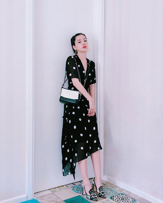 Những mẫu đầm thắt eo nhẹ nhàng với tông màu và họa tiết tôn nét nữ tính được Chi Pu chọn lựa phối đồ xuống phố ở những ngày đầu hạ.