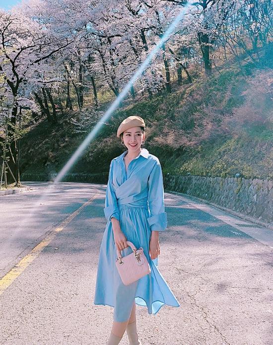 Ở nhiều mùa thời trang trước, các mẫu váy mang hơi hướng của phong cách hoài cổ thường được ưa chuộng trong không khí mùa thu. Nhưng mới đầu mùa hè 2018, váy cài nút, váy thắt eo cổ điển lại được nhiều người đẹp Việt ưa chuộng.