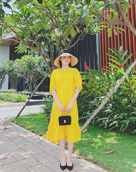 Váy hạ eo tông vàng rực rỡ được hot girl Sam chọn lựa để kết hợp cùng mũ nan hot trend và phụ kiện túi mini, giầy đế bệt tiệp màu.