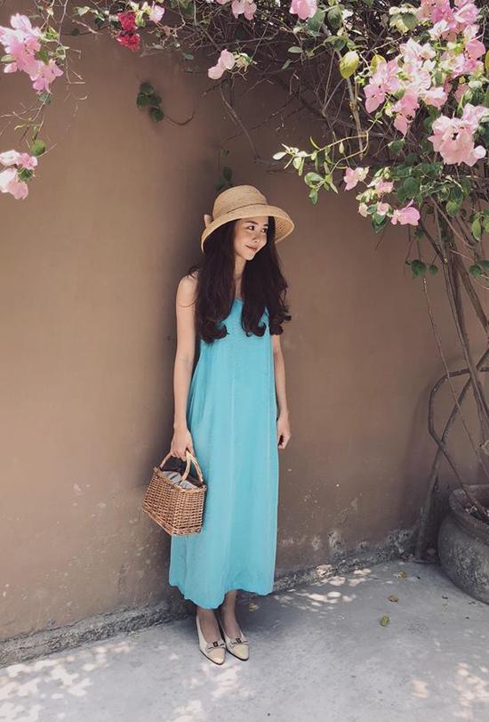 Diễn viên Tường Vi sắm cả loạt váy suông nhẹ nhàng để thoải mái mix-match trang phục dạo phố ngày hè.