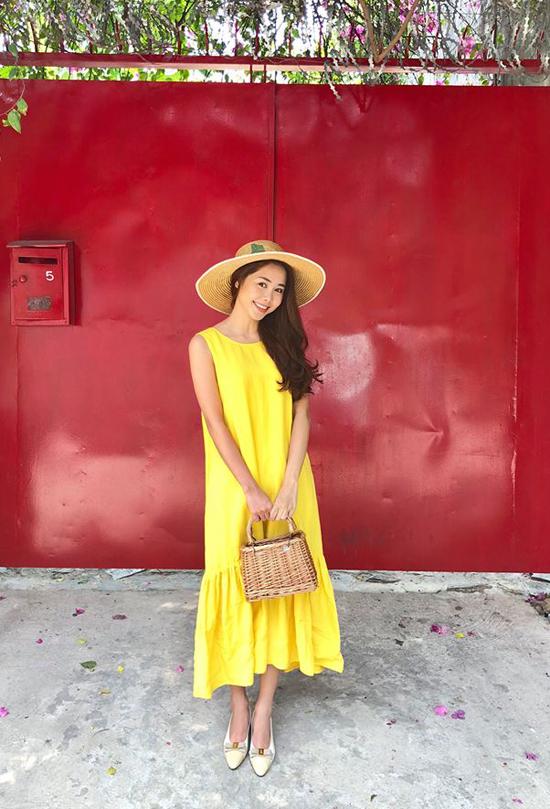 Bên cạnh các mẫu váy sơ mi, váy cài nút và váy vạt quấn thanh nhã là các kiểu váy suông, váy hạ eo, chân váy midi cũng được nhiều người đẹp Việt ưa chuộng.
