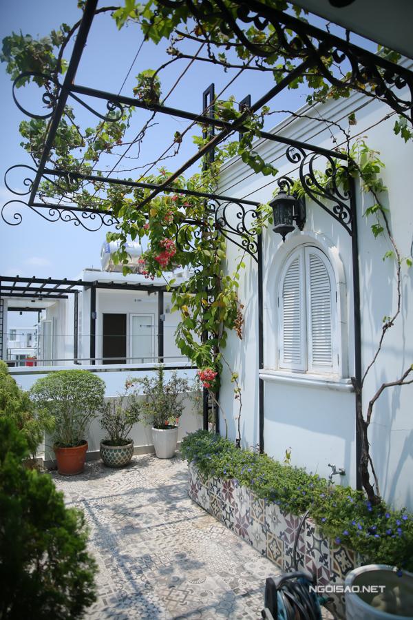 Vợchồng Minh Khang - Thúy Hạnh đầu tư chăm chút, tạo khoảng xanh dễ thương cho khuôn viên bao quanh căn biệt thự màu trắng.