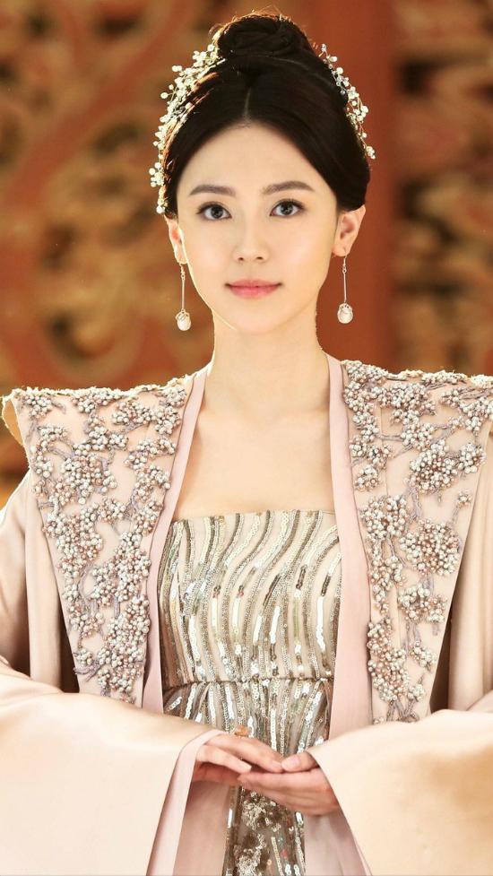 Hoàng Mộng Oánh khởi đầu sự nghiệp với vai trò người mẫu và từng là phát thanh viên tại Đại lục. Năm 2009, cô thi đỗ Học viện Hý kịch Trung ương Bắc Kinh khoa biểu diễn.