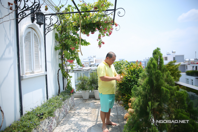 Vợ chồng Minh Khang - Thúy Hạnh chuyển từ nhà chung cư về biệt thự riêng khoảnghai năm nay. Tác giả ca khúc Đứa bé chia sẻ, về nhà mới anh thích nhất là có khoảng không gian đủ rộng để trồng hoa, cây cảnh xanh tốt quanh năm.