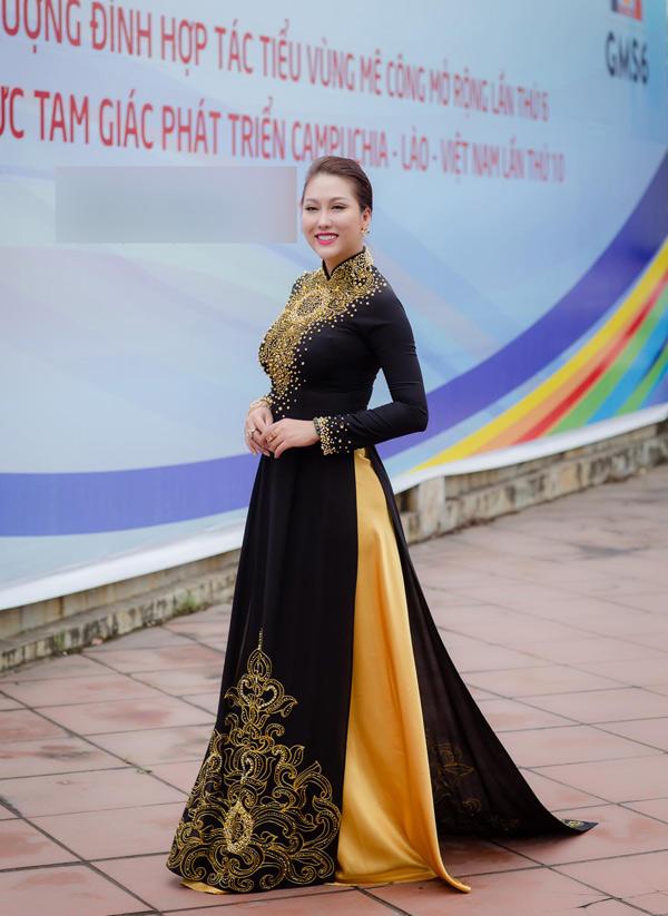 Phi Thanh Vân diện áo dài nền nã dự buổi gặp gỡ dành cho các doanh nhântại Hà Nội.