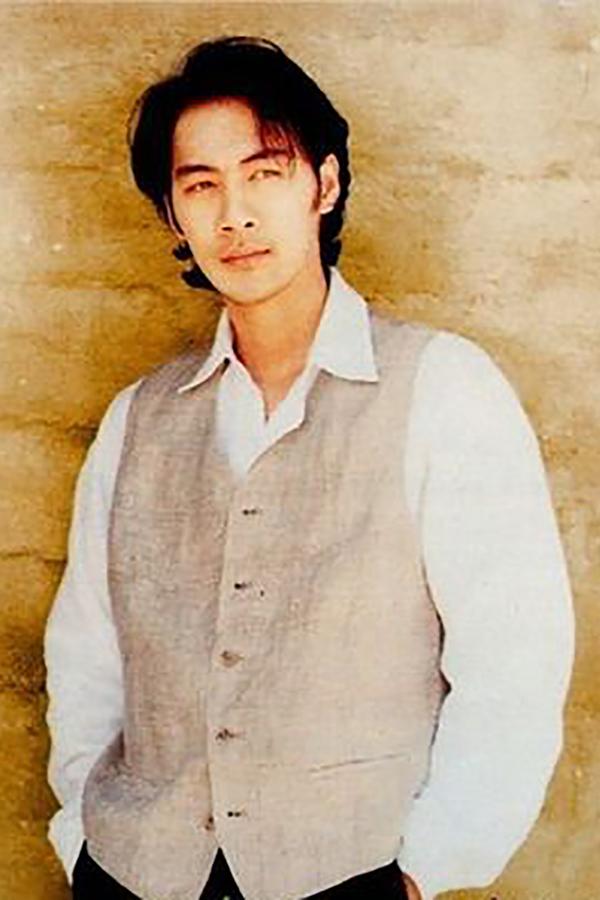 Tô Chấn Phong thời trẻ được xem là một hiện tượng với ngoại hình cuốn hút và giọng ca trầm ấm, đầy cảm xúc.