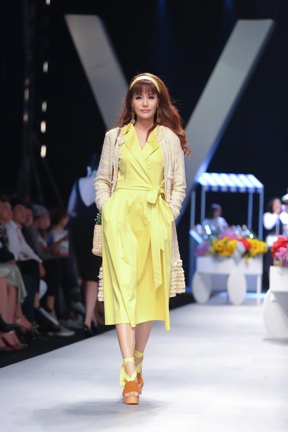 Á hậu Băng Châu catwalk tại VIFW với BST mới của Weill Paris - 3